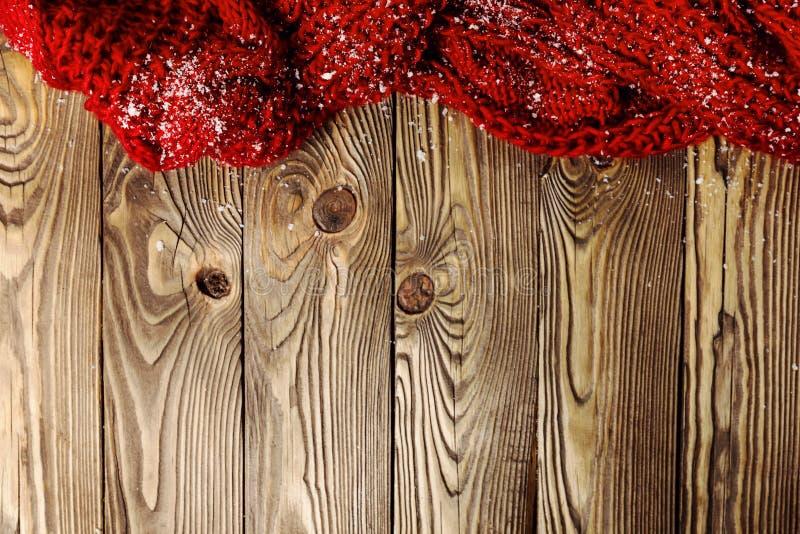 Roter Schal auf hölzernem Hintergrund stockbilder