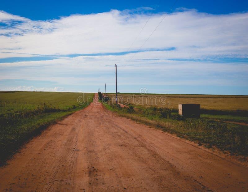 Roter Schotterweg in Prinzen Edward Island lizenzfreie stockfotografie