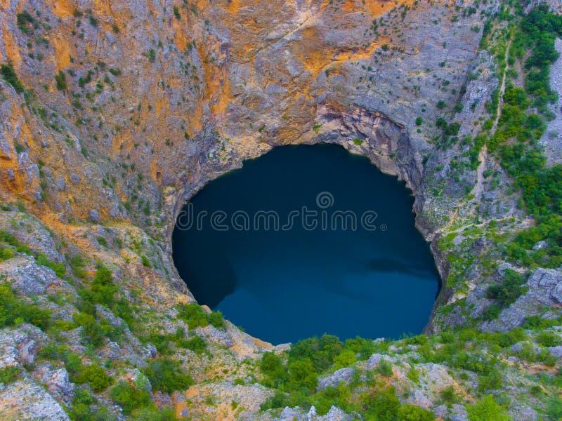 Roter See Imotski in Kroatien im Frühjahr stockfotos