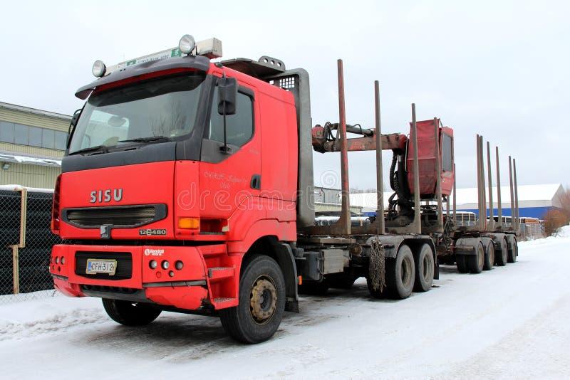 Roter Sisu protokollierender LKW stockbild