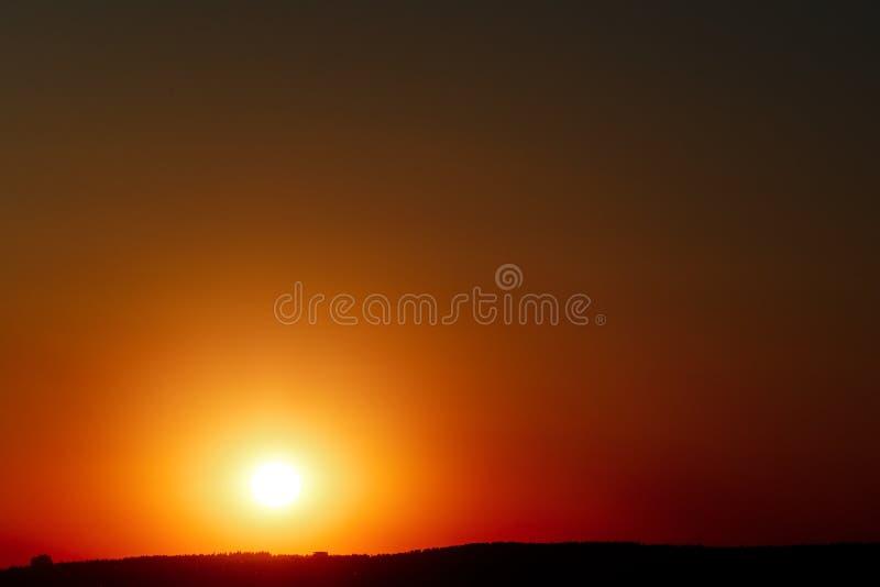 Roter Sonnenuntergang über dem Meer, Fluss Volga stockfoto