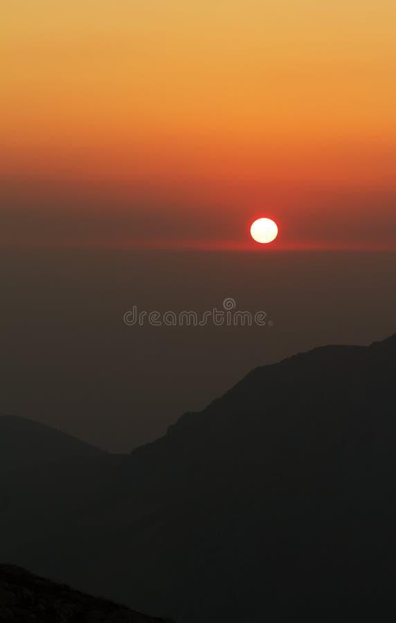Roter Sonnenuntergang in der japanischen Art stockfotografie