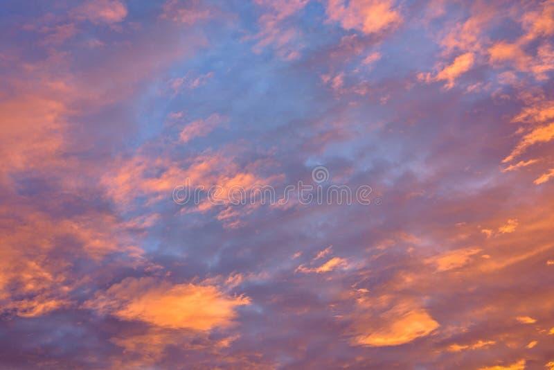 Roter Sonnenuntergang mit Wolken in der Herbstsaison lizenzfreie stockbilder