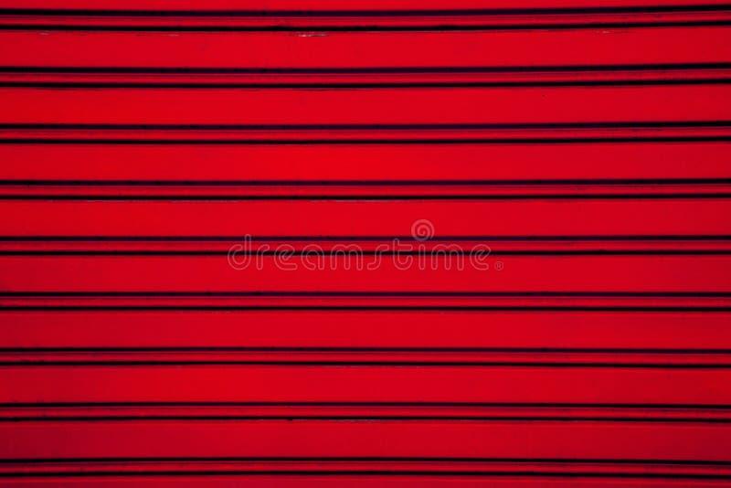 Roter Stahlrollenfensterladen-Türhintergrund (Garagentor mit hori lizenzfreies stockbild
