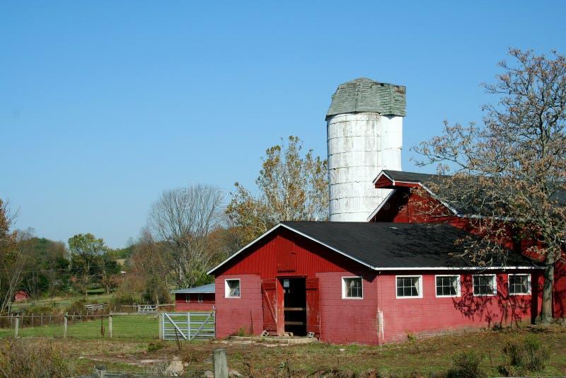 Roter Stall und Silo stockfotografie