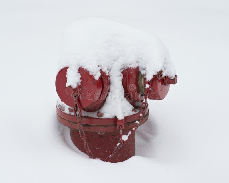 Roter Straßenhydrant bedeckt mit Schnee lizenzfreies stockfoto