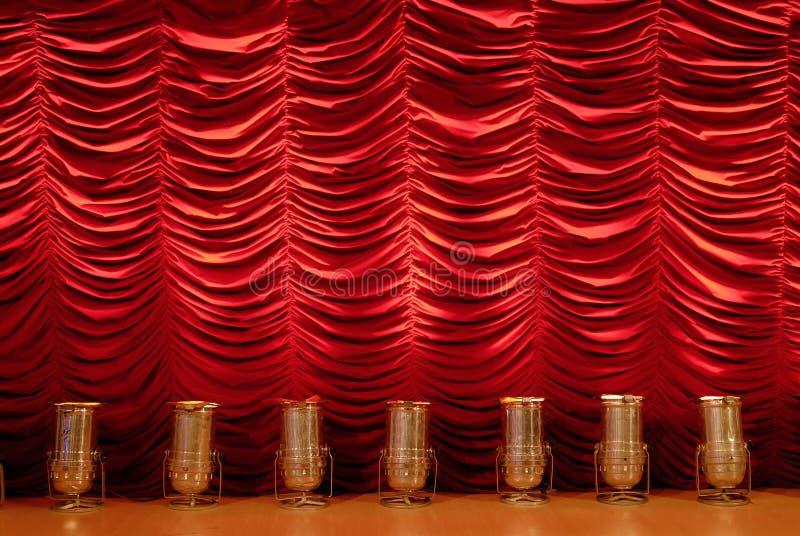 Roter Stufetrennvorhang mit Scheinwerfern lizenzfreies stockbild