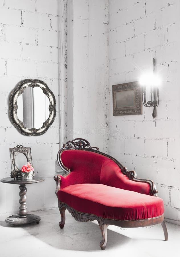 Roter Stuhl im Raum lizenzfreies stockbild