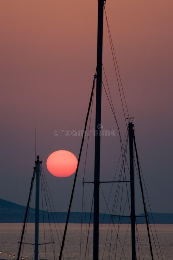 Roter Sun und Maste stockbild