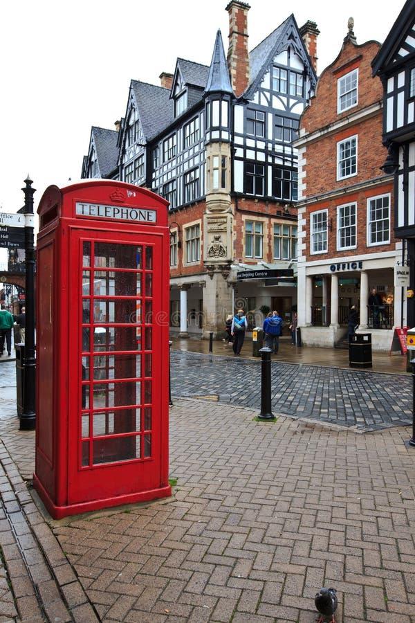 Roter Telefonkiosk im alten Teil von Chester lizenzfreies stockfoto