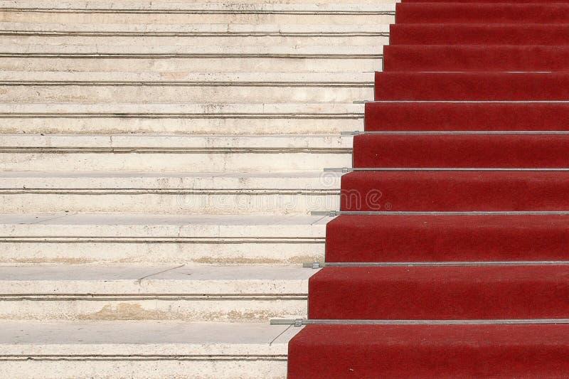 Roter Teppich auf Treppen lizenzfreie stockbilder