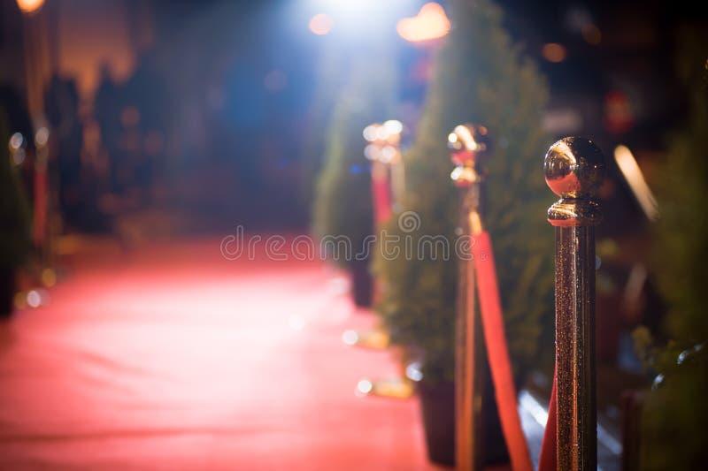 Roter Teppich - wird traditionsgemäß benutzt, um den Weg zu markieren, der durch Staatsoberhäupter bei den zeremoniellen und form stockfotografie