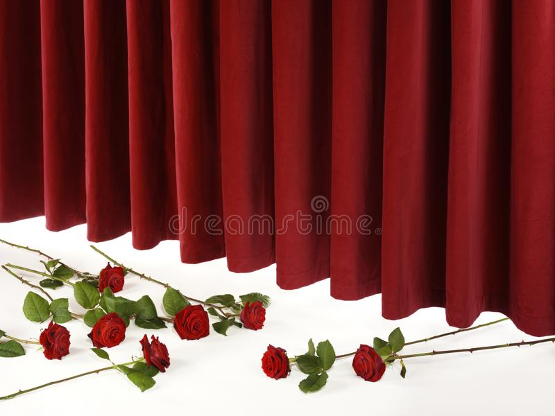 Roter Theater-Vorhang auf Stadium mit roten Rosen stockfotos