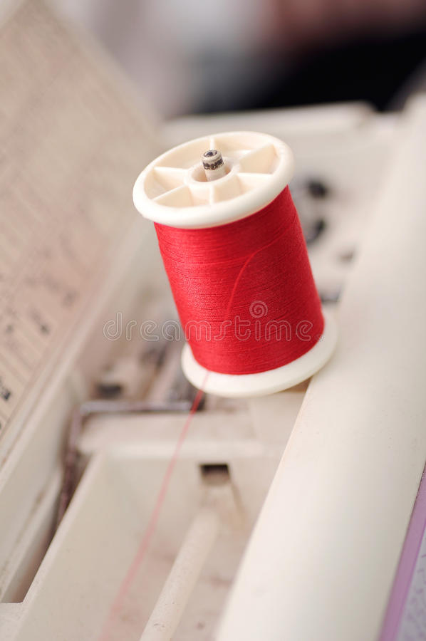 Roter Thread in der flachen Schärfentiefe der Nähmaschinen (Weichzeichnung stockbilder
