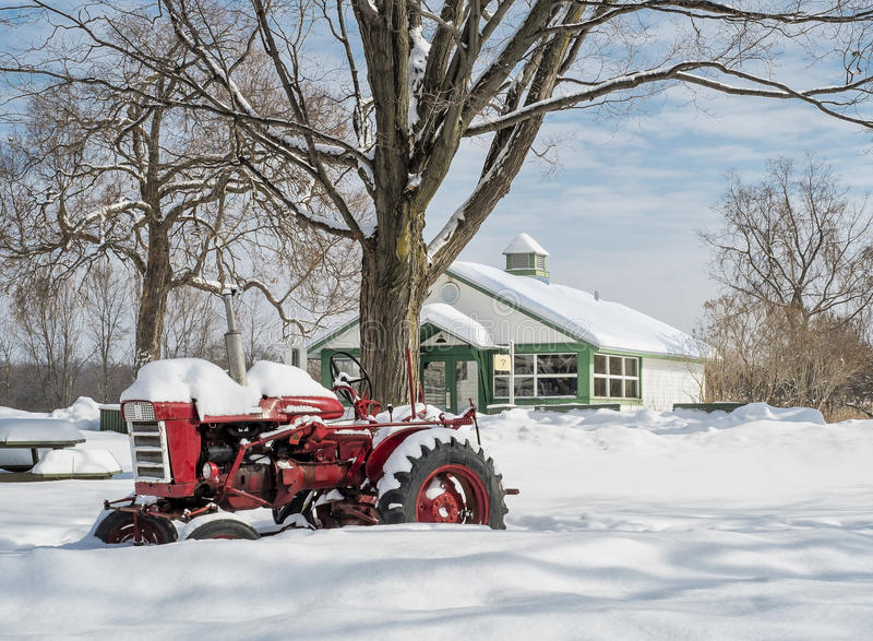 Roter Traktor im Schnee lizenzfreies stockbild