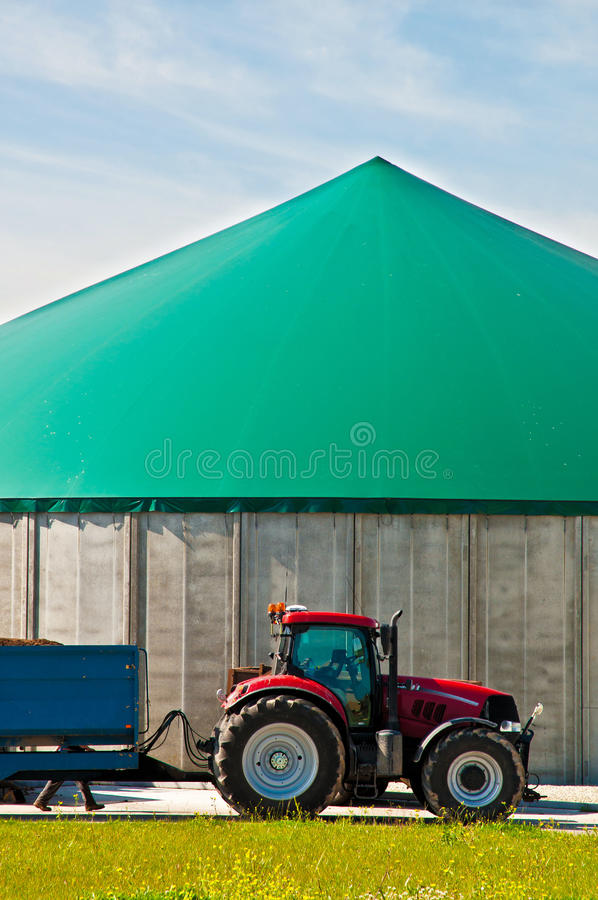Roter Traktor und Biogas lizenzfreies stockbild