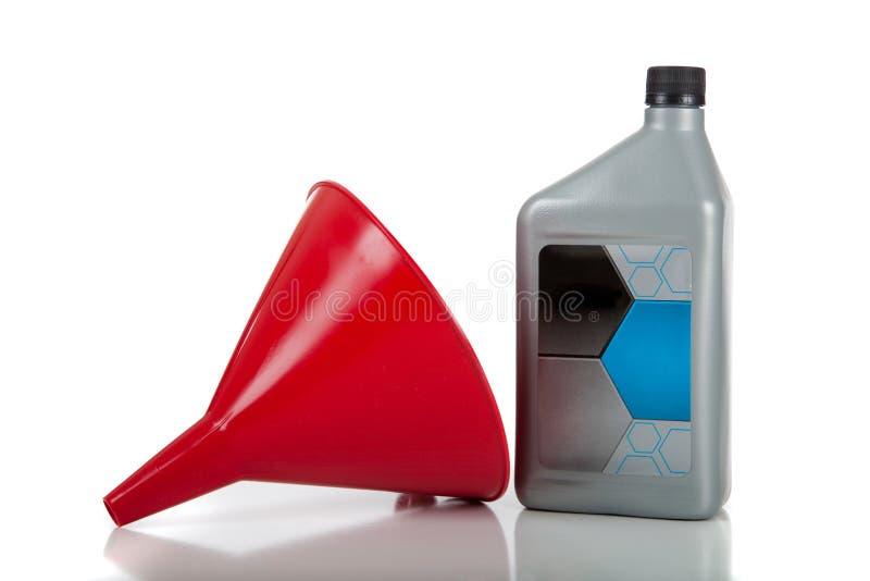 Roter Trichter und Flasche Schmieröl (Triebwerk) lizenzfreies stockfoto