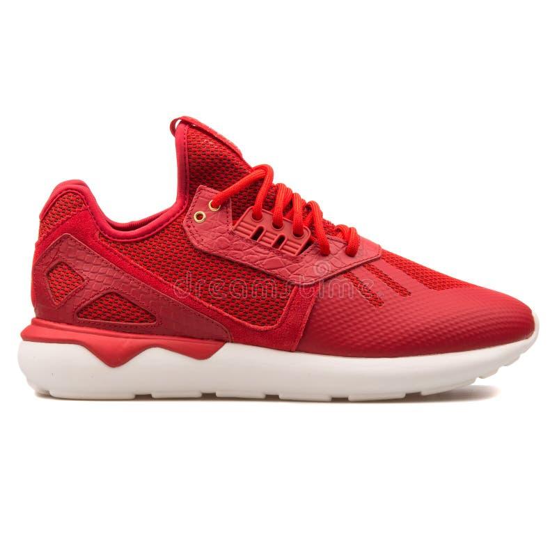 Roter Turnschuh Adidas-R?hrenl?ufer CNY stockfotografie