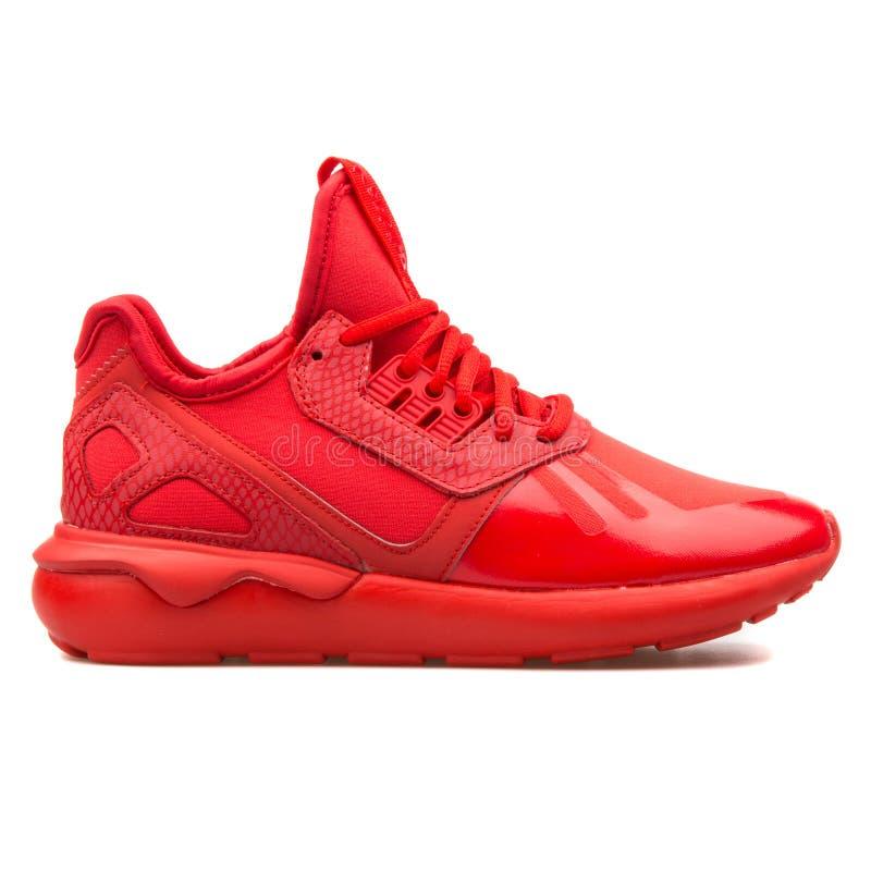 Roter Turnschuh Adidas-Röhrenläufers stockbilder