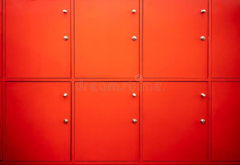 Roter Umkleideraum mit geschlossenen Türen Kostenloser Service in der Eignung lizenzfreies stockfoto