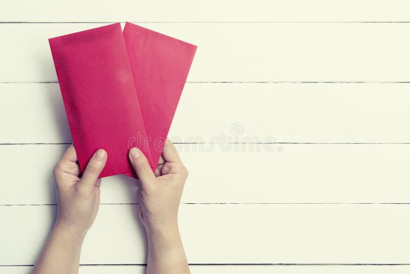 Roter Umschlag oder rotes Paket im Pastell getont lizenzfreies stockbild