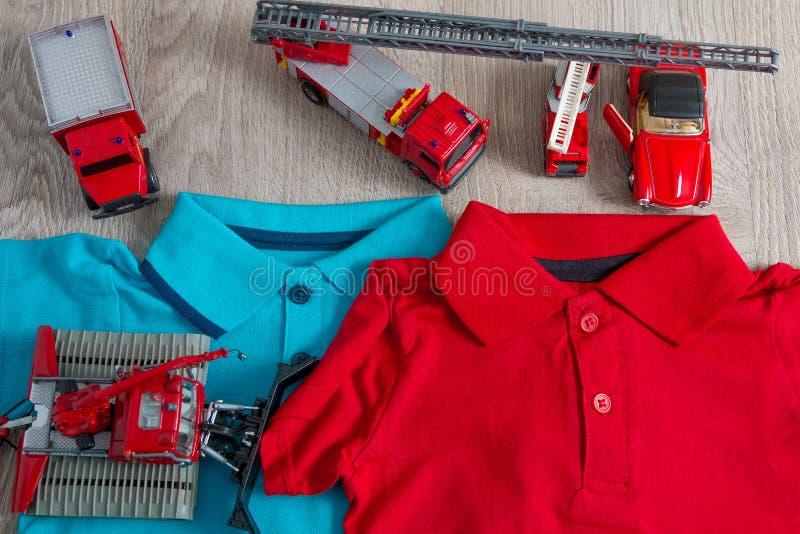 Roter und blauer naher Satz des Polo zwei des Autospielzeugs Abschluss oben Beschneidungspfad eingeschlossen lizenzfreies stockfoto