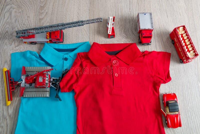 Roter und blauer naher Satz des Polo zwei des Autospielzeugs Abschluss oben Beschneidungspfad eingeschlossen lizenzfreie stockfotos