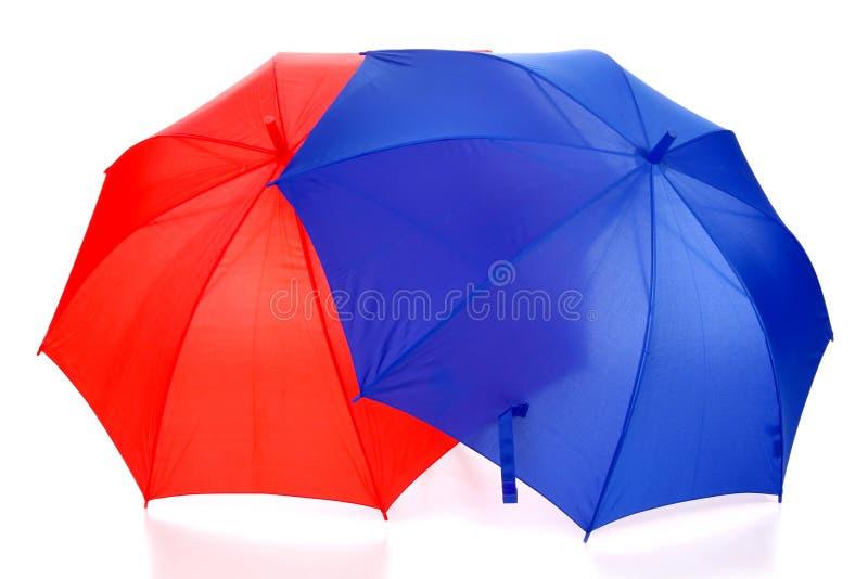 Roter und blauer Regenschirm stockbild