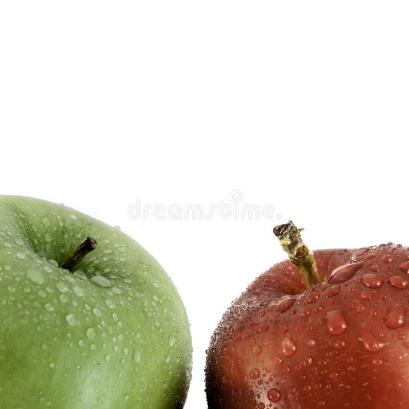 Roter und grüner Apfel mit Wassertröpfchennahaufnahme schoss auf Weiß mit Kopienraum für Text lizenzfreie stockfotografie