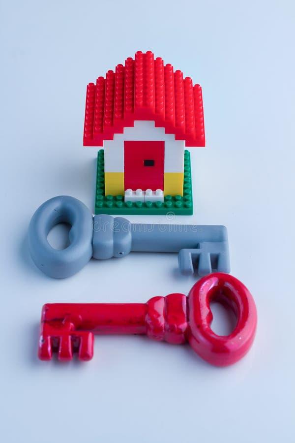 Roter und grauer Hausschlüssel lizenzfreie stockfotografie