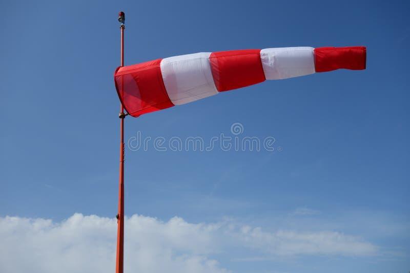 Roter und weißer Flugplatz Windsock gegen einen blauen Himmel stockfotos