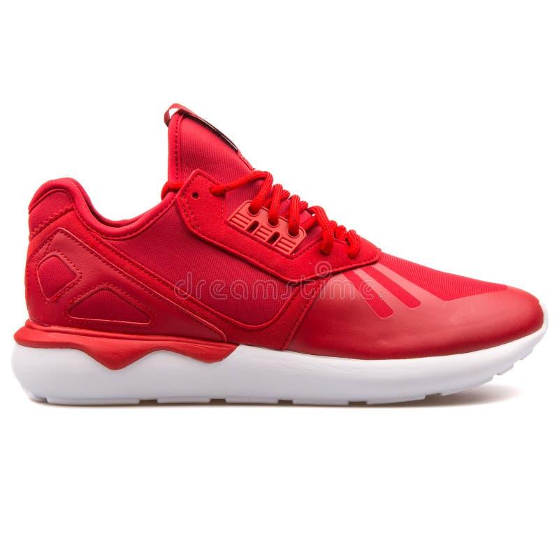 Roter und weißer Turnschuh Adidas-Röhrenläufers stockfoto