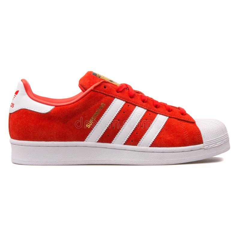 Roter und weißer Turnschuh des Adidas-Superstar-Veloursleders lizenzfreies stockbild