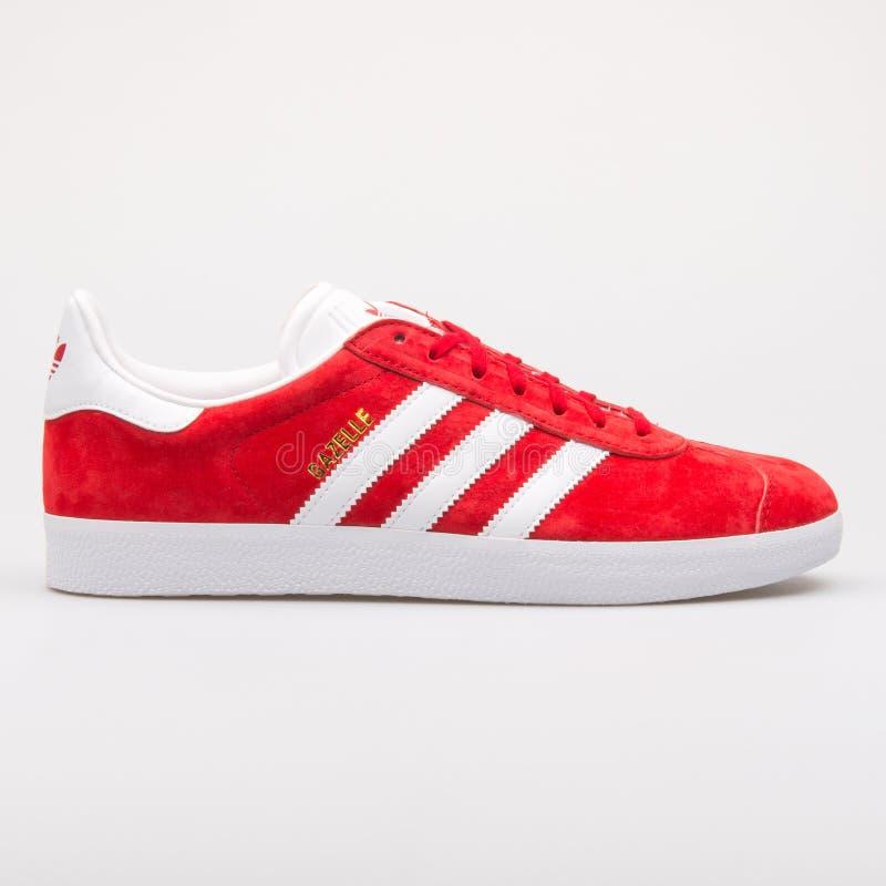 Roter und wei?er Turnschuh Adidas-Gazelle lizenzfreie stockfotos