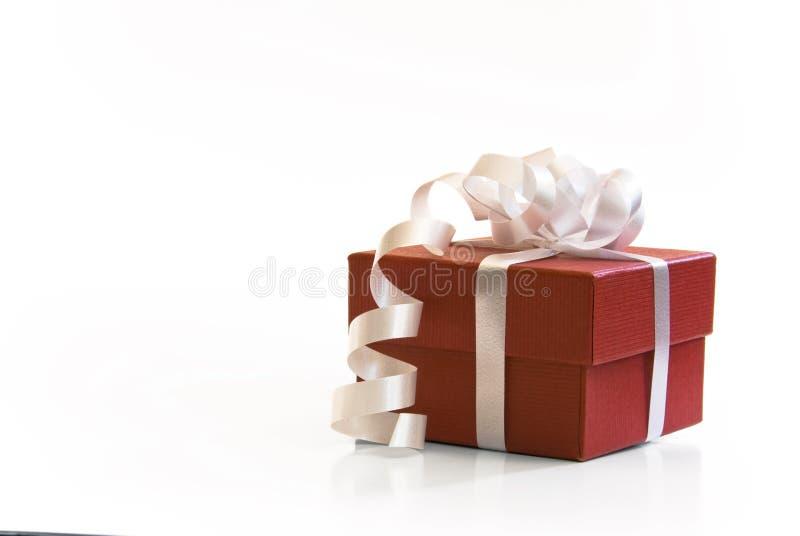 Roter valentin Geschenk-Geschenkkasten stockfoto