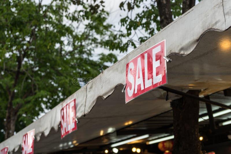 Roter Verkauf unterzeichnen herein lokalen Markt lizenzfreie stockbilder