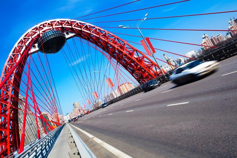 Roter verschobener Brückenaufbau in Moskau stockbild