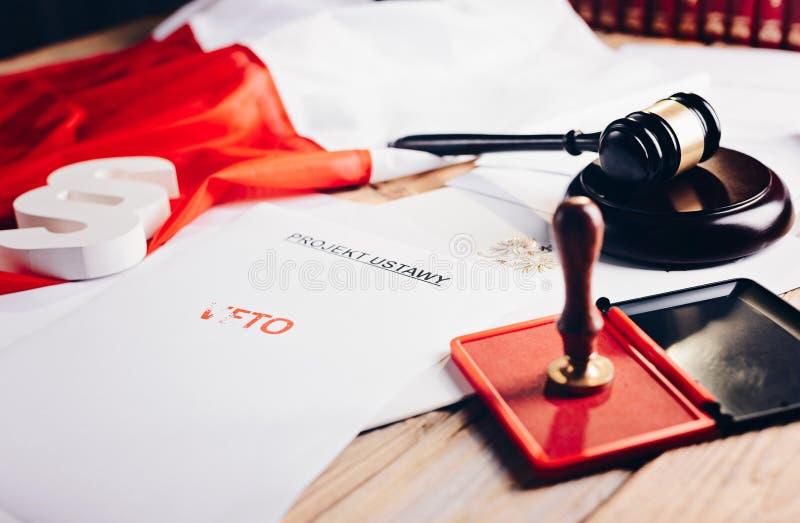 Roter Vetostempel auf Gesetzestat und Polnischflagge stockfotografie