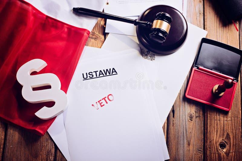 Roter Vetostempel auf Gesetzestat und Polnischflagge lizenzfreie stockfotografie
