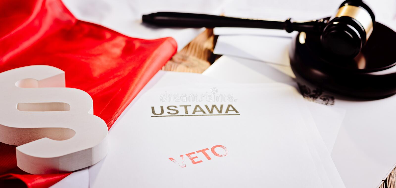 Roter Vetostempel auf Gesetzestat und Polnischflagge stockbilder