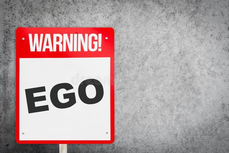 Roter warnender EGO Signage auf Zement lizenzfreie stockbilder