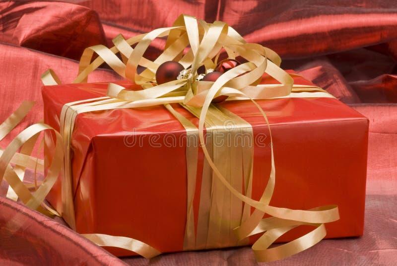 Roter Weihnachtsgeschenkkasten stockbild