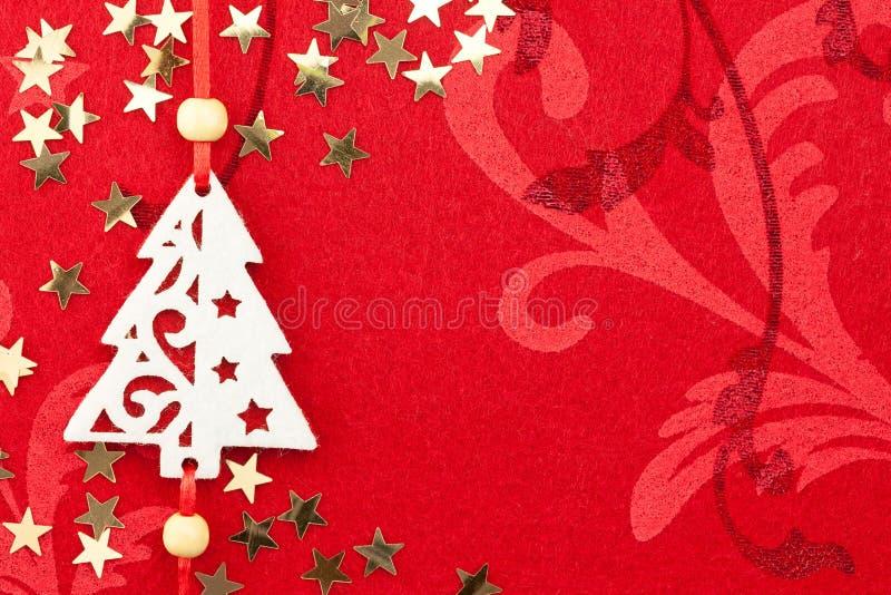 Roter Weihnachtshintergrund mit Baum, Sternen und Verzierung lizenzfreie stockfotografie