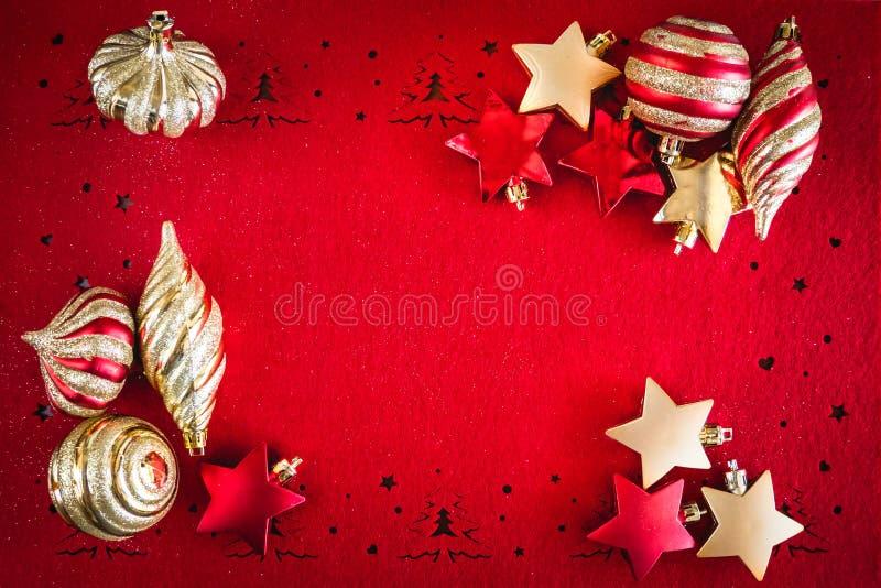 Roter Weihnachtshintergrund mit Goldsternen und Band-Dekorationen, mit Kopien-Raum für Ihren Text stockbild