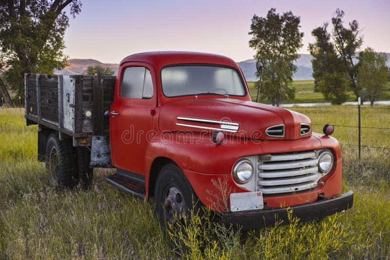 Roter Weinlese-LKW lizenzfreie stockfotografie