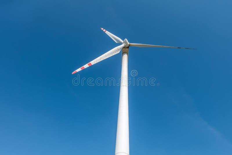 Roterande blad av en väderkvarnpropeller på bakgrund för blå himmel Vindkraftutveckling Ren grön energi arkivfoto