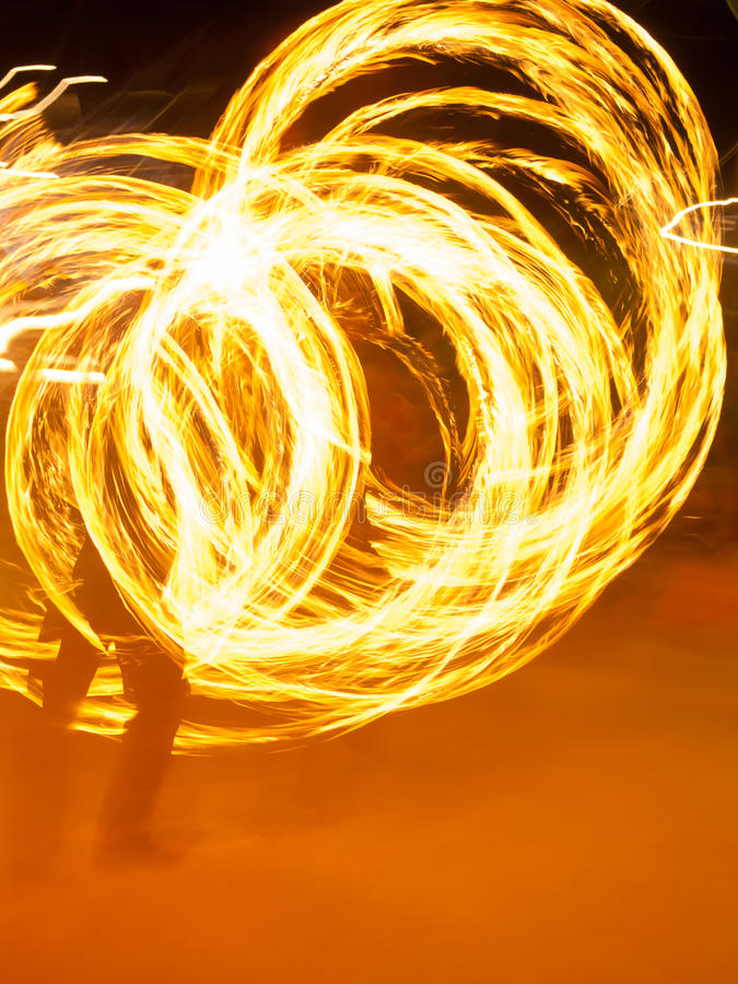 Roterande flamma för Poi-konstnär fotografering för bildbyråer