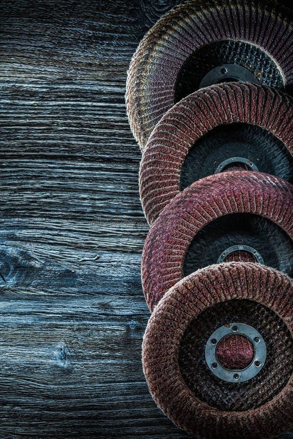 Roterande malande disketter på träbräde arkivbild