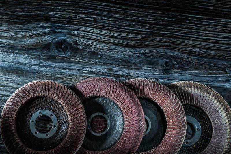 Roterande sandpappra disketter på träbräde fotografering för bildbyråer