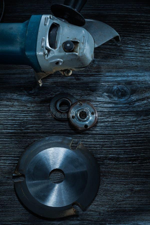 Roterande slipande diskett för vinkelmolar på tappningträbräde royaltyfria foton